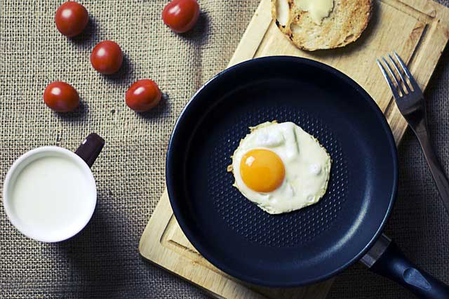 breakfast-eggs-pan-cutting-board-bread